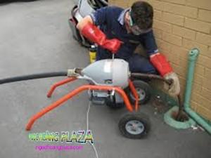 Thợ thông ống nước bị nghẹt tại long thành